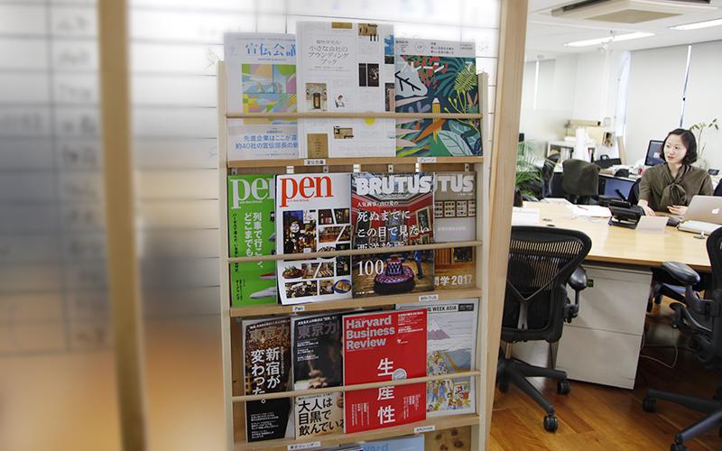 ▲オフィスにある、雑誌などを置く本棚ラック。