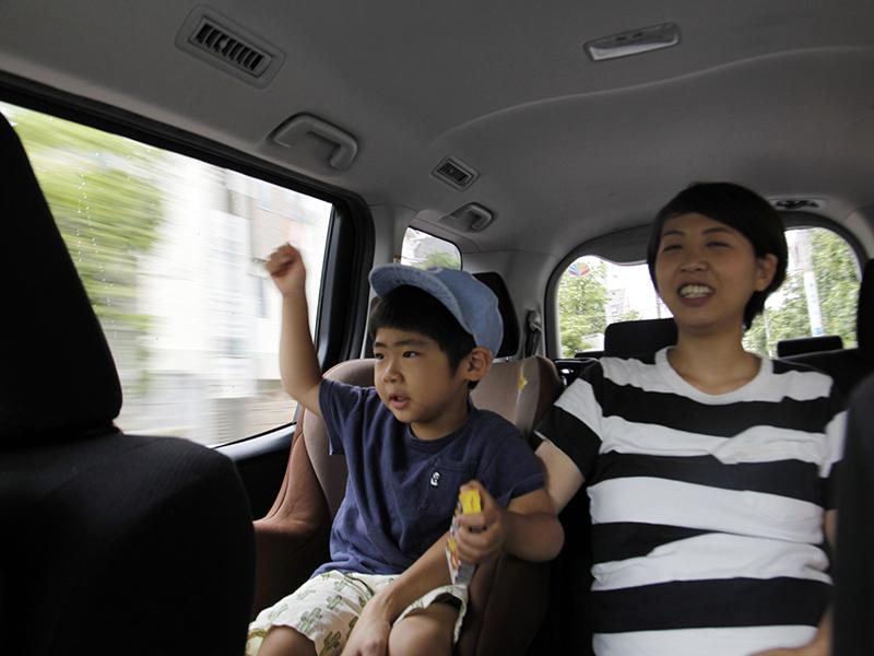 ▲3歳のそうたくん、通称そうちゃん(左)、と内村さんの奥様(右)。
