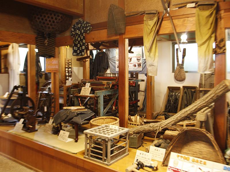 ▲古民家の中には、暮らしに使われていた道具が所狭しと展示してあります。実際に触れるものもあります。