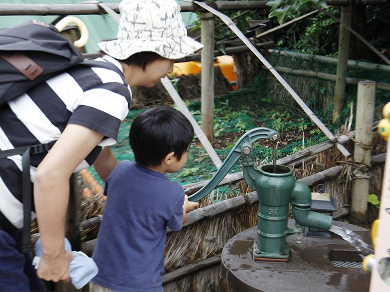 ▲井戸だってちゃんと水が出ます。そうちゃん、何回水を汲み上げても飽きません。