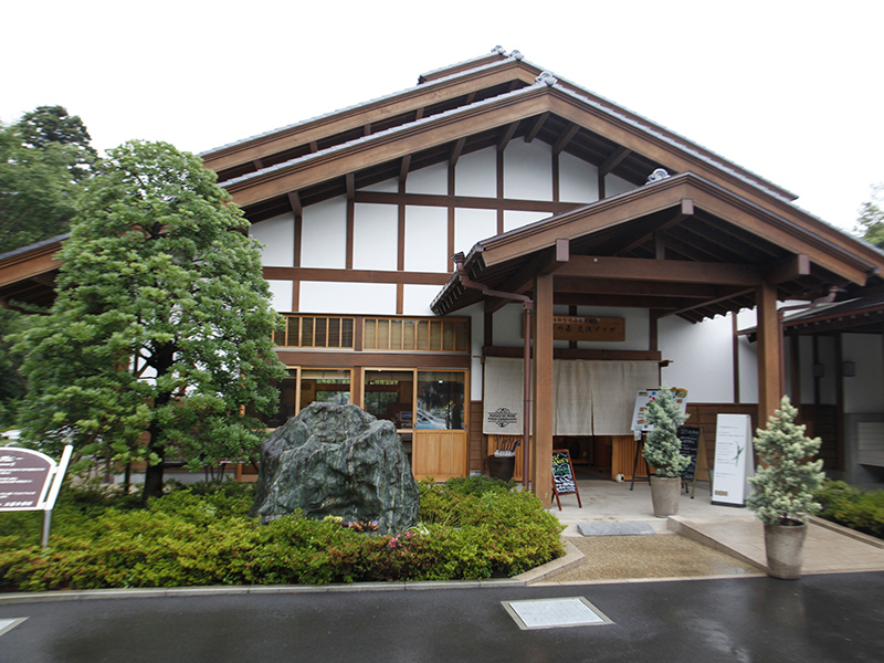 ▲ここが三富今昔村の玄関口。交流プラザと呼ばれるこの建物は、埼玉で盛んだった養蚕農家の建物を復元したもの。受付などもこちらで行ってくれます。