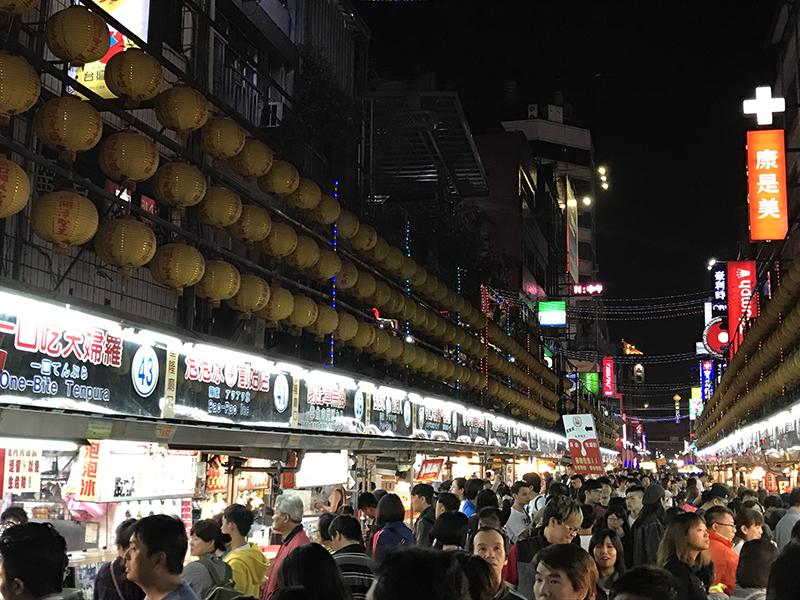 ▲台湾の夜といえばやっぱり夜市ですよね。それにしてもすごい活気。