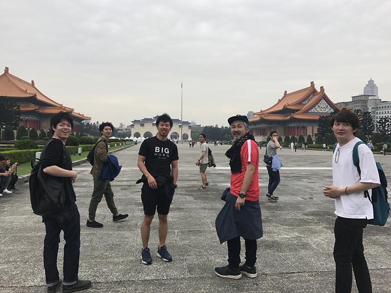 ▲台湾の風景をバックにカメラ目線のメンバーたち。決まっています。