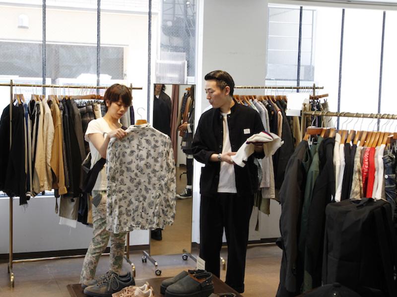 ▲ 先輩のお仕事について知ることができて、服も買ってご満悦の岡崎です。