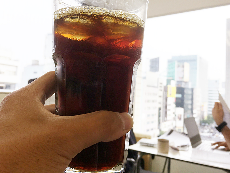 ▲オフィスにて、マイグラスにアイスコーヒーを注いでみました。
