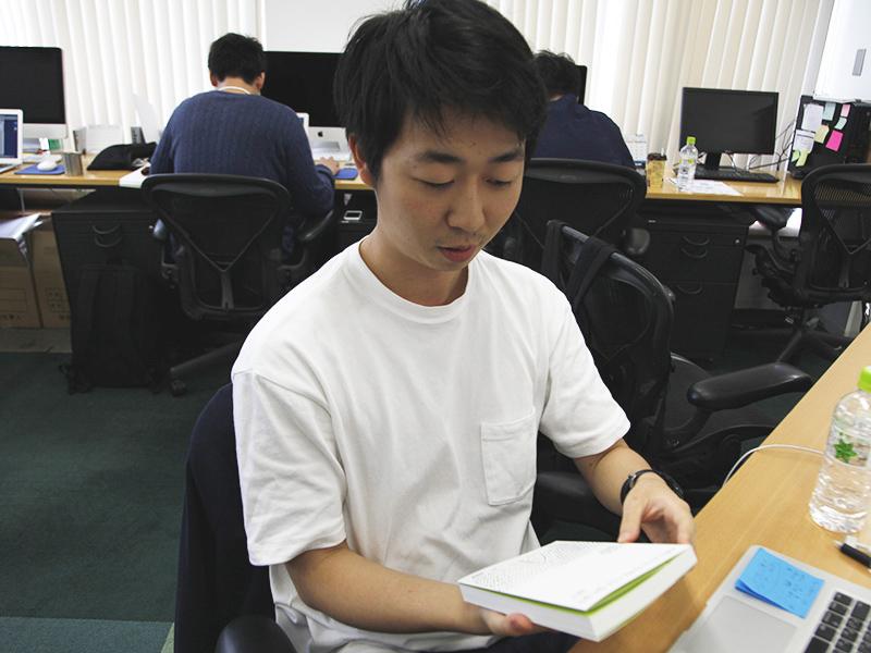 ▲「これ、なんの本か分かる?」と話しかけてみました。ちなみに、韓国にいたのは4歳までとのこと。少し不安ですが‥‥。