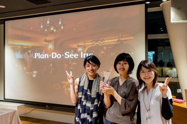 ▲Plan・Do・Seeさまのご担当者の方(左右)と担当したディレクターの山田(中央)で記念撮影!おめでとうございます!