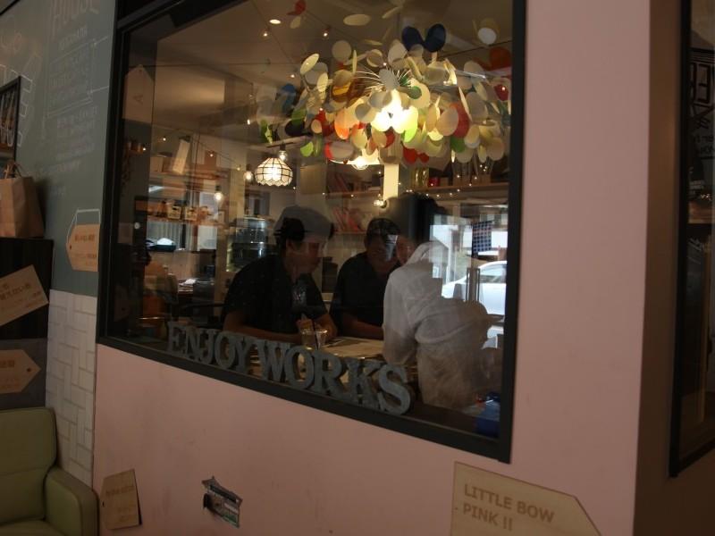 ▲カフェから会議をしている様子が見えます。こんなオフィスもいいですね。