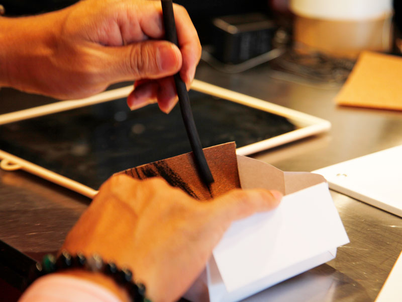 ▲削りカスが飛び散らないように箱の上で削ります。