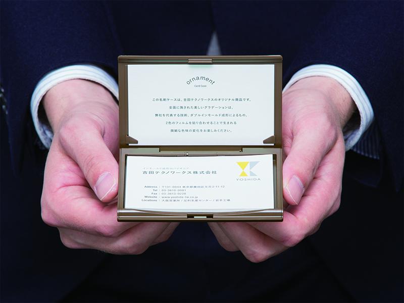 ▲オリジナル商品である名刺ケースの中に、名刺を模した表紙の企業案内が入っています