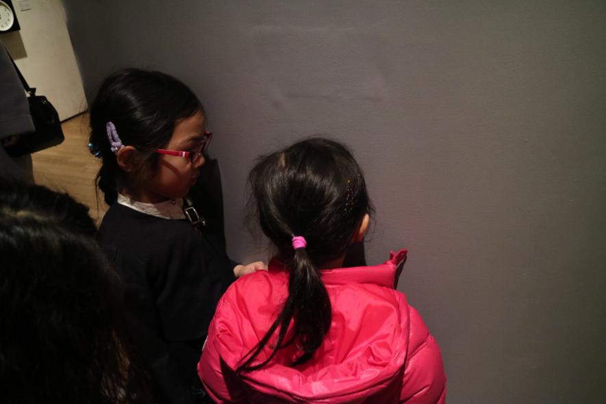 ▲佐野魁先生の作品。壁にある小さなのぞき穴をのぞいています。みんな魅入っちゃって、なかなか順番が回ってきません(笑)。