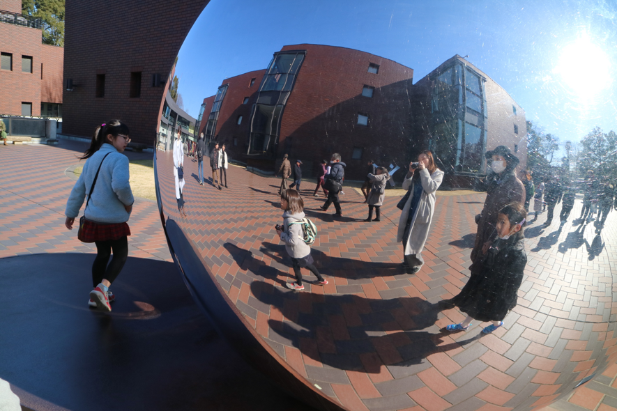 ▲東京都美術館前のオブジェ前にて。いいお天気でおでかけ日和です。